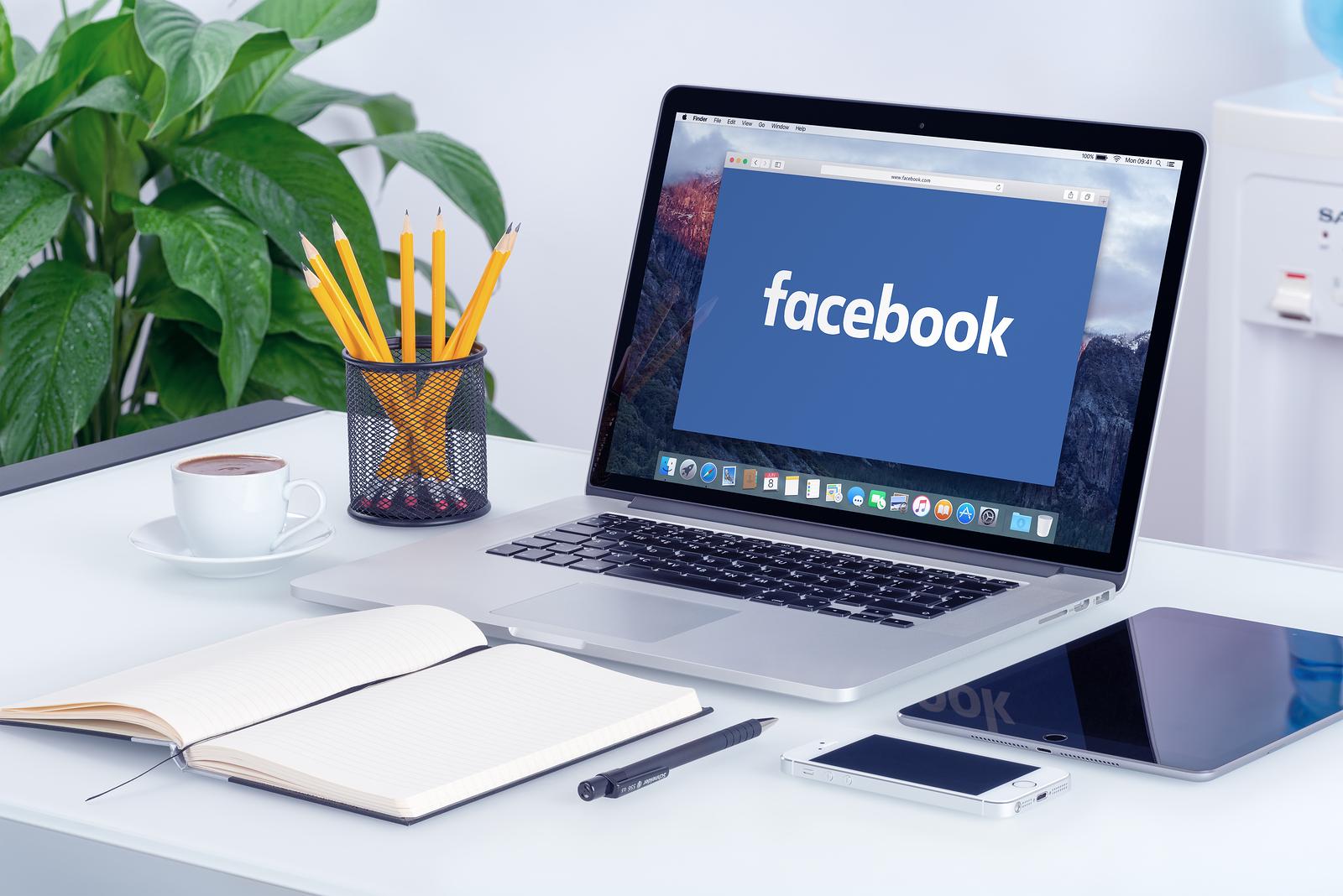 Facebooklogga på skärm. Facebookannons